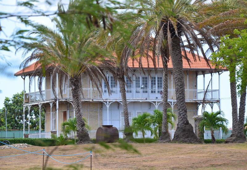 Maison coloniale le moule guadeloupe tourisme for Le fer forge dans la maison